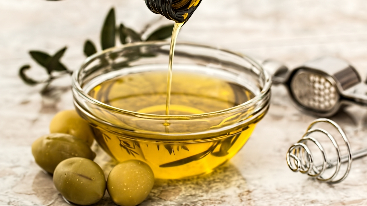 treating nail fungus with Olive Oil and Garlic Mix